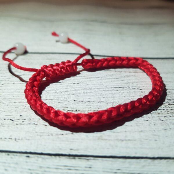 ✡ Красная нить на запястье.